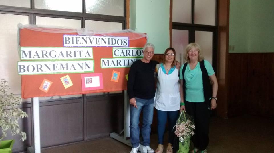 Visita a una escuela con Carlos Martínez, cantautor que interpreta temas con letras de Elsy.